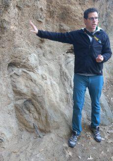 Alejandro junto a un bolo enterrado