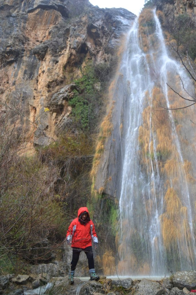 Esther cruzando el arroyo en la Cascada de la Malena
