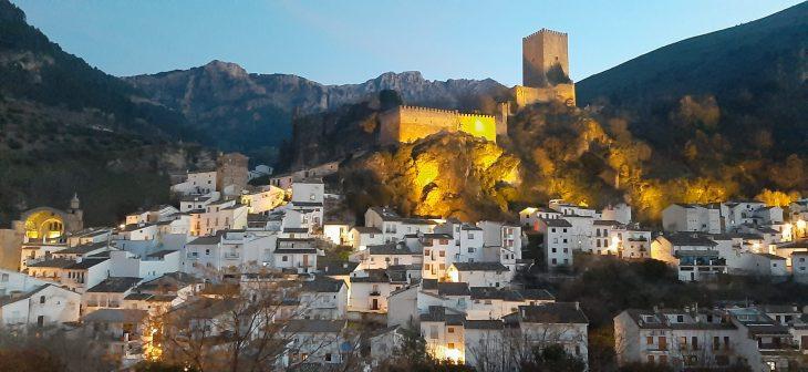 Vista nocturna del Castillo de la Yedra