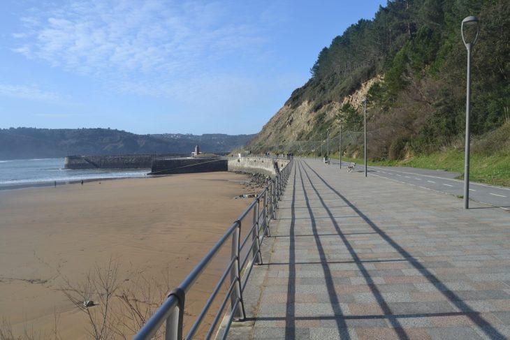 Paseo de la playa en Astondo