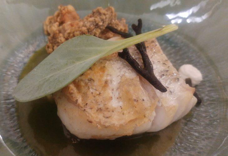Merluza de anzuelo curada con salsa verde de plancton