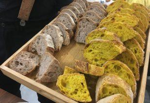 Pan artesanal de bellota y cúrcuma