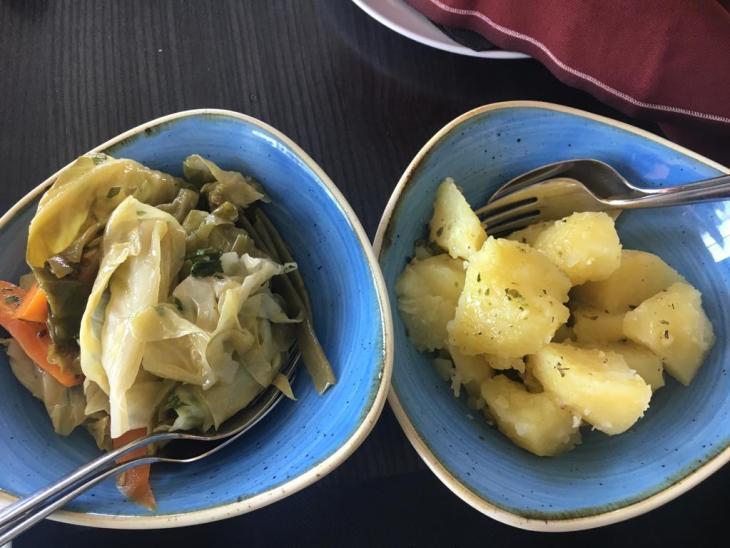 Guarnición de patatas y verduras asadas