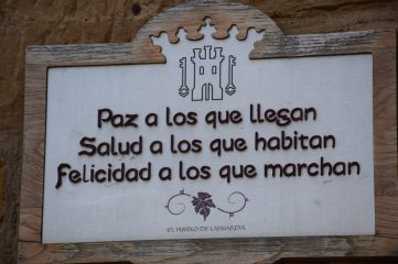 Eslogan en todas las puertas de Laguardia