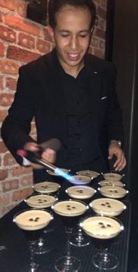 Ricardo finalizando el Cocktail Espresso Martini