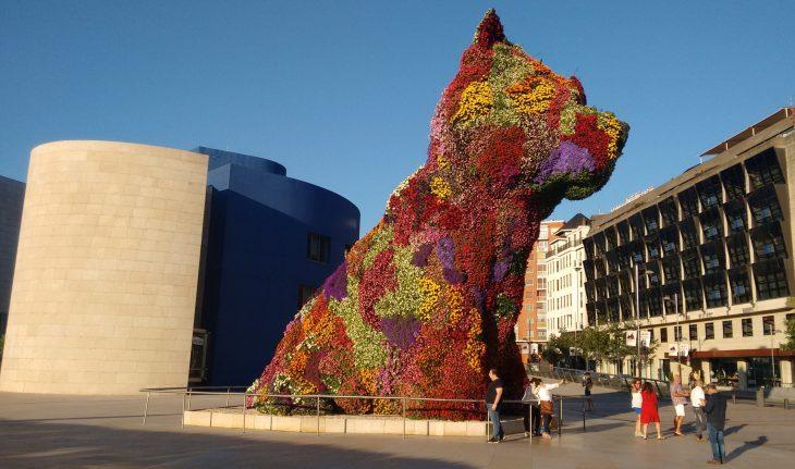 Puppy frente al Gran Hotel Domine Bilbao