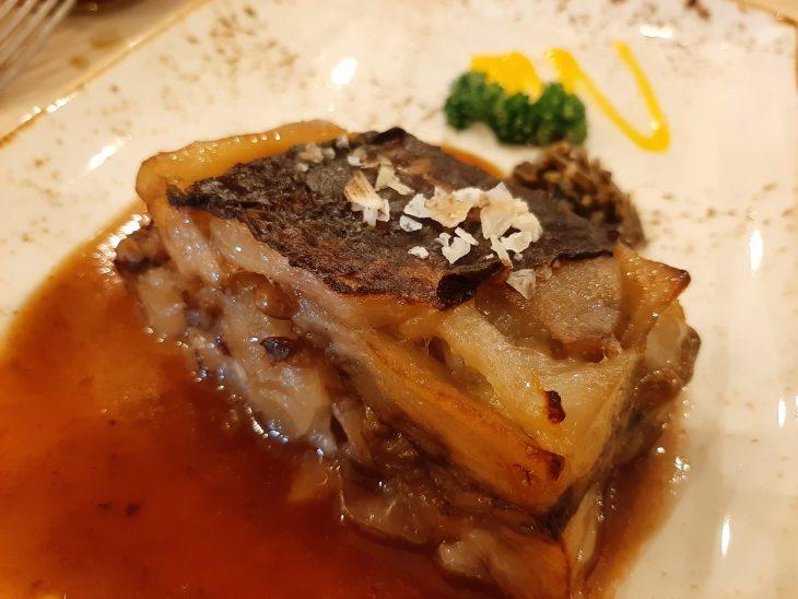 Manitas de cerdo rellenas de hongos, pasas y piñones, con un aroma de trufa