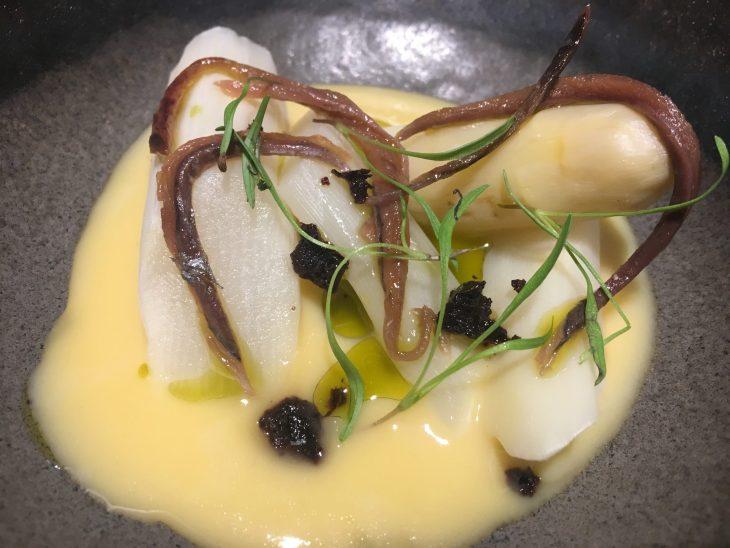 Esparragos crocantes con anchoas y aceitunas