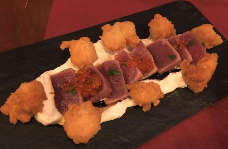 Tataki de atún con huevas de trucha, lactonesa y salsa burakku