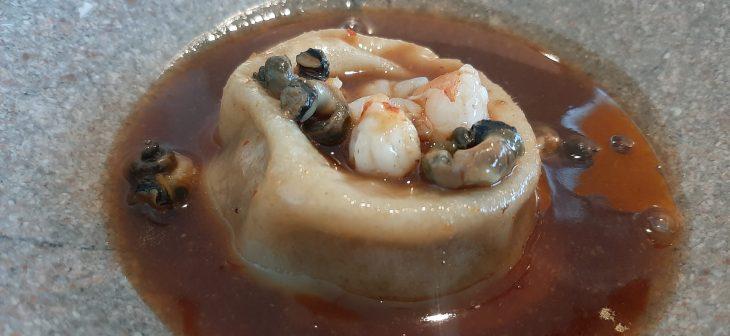 Mollete o pan bao relleno de cordero lechal con salsa de bigaros y berberechos