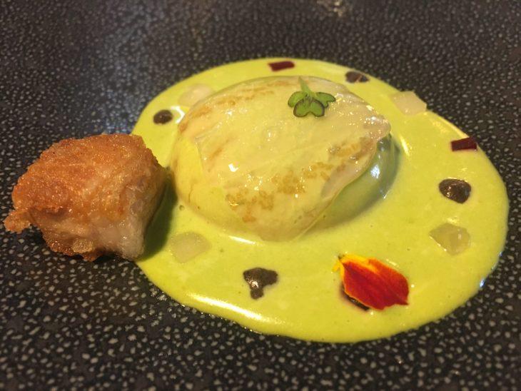 Huevo de caserío con remolacha a la ensalada líquida de hierbas, carpaccio de papada y queso ahumado
