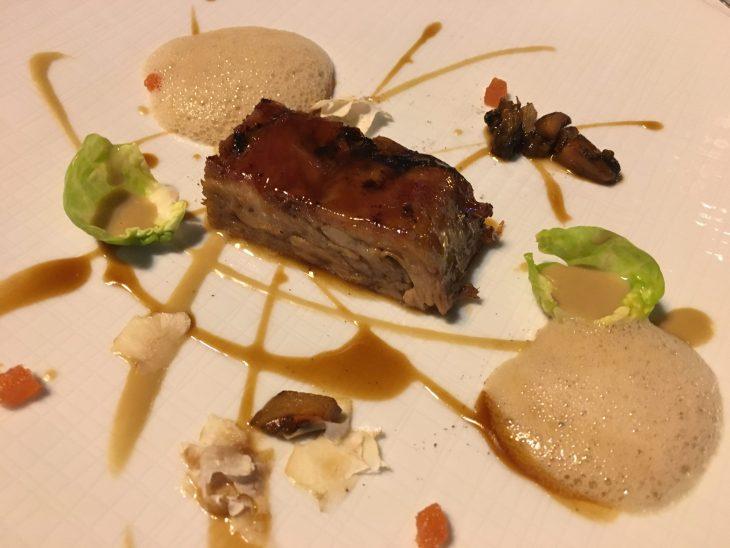 Cordero lechal lacado en el horno con crema montada de foie gras y castañas al cardamomo