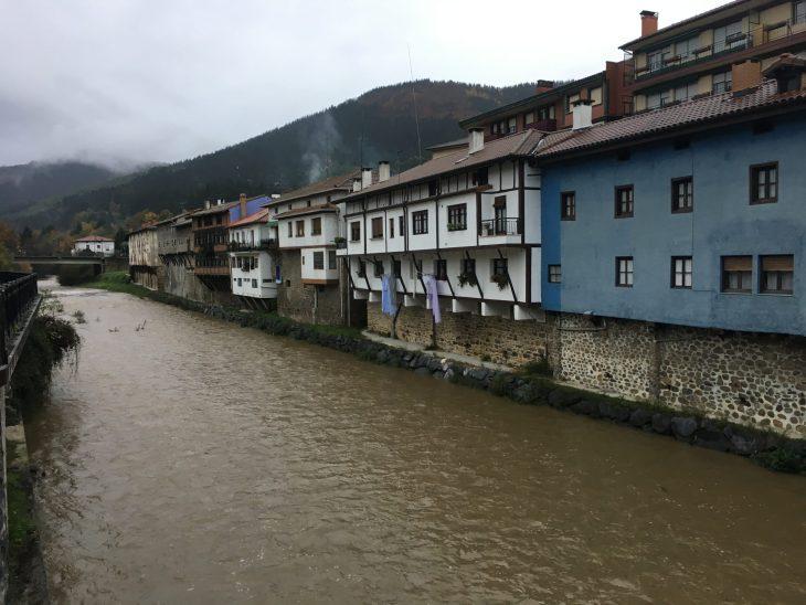 Casas de Orozko junto al río Altube