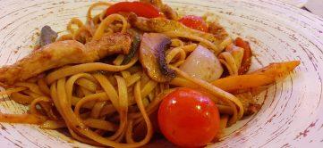 Tallarines salteados con pollo y verduras al wok