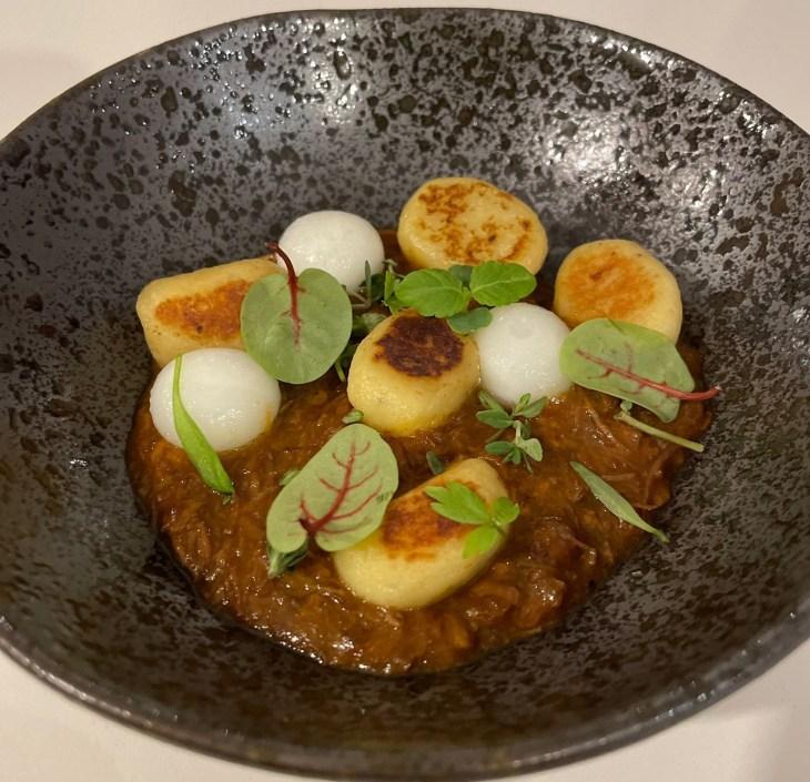 Ragú de ternera con gnocchis de coco, esferas de queso patamulo y hierbas