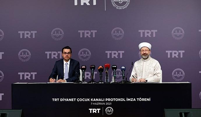 """Diyanet İşleri Başkanlığı ile Türkiye Radyo ve Televizyon Kurumu (TRT) arasında 'TRT Diyanet Çocuk Kanalı'nın kurulması için ilk adım atıldı. Anadolu Ajansı'nın (AA) aktardığına gö'TRT Diyanet Çocuk Kanalı Protokol İmza Töreni', Diyanet İşleri Başkanlığı'nın Konferans Salonu'nda düzenlendi. Diyanet İşleri Başkanı Ali Erbaş, programda yaptığı konuşmada, """"TRT Genel Müdürlüğü ve Diyanet İşleri Başkanlığı iş birliği ile çok hayırlı, güzel bir faaliyetin temelini birlikte atacağız. TRT Diyanet Çocuk Televizyonumuzu kuruyoruz. İnşallah hayırlara vesile olur"""" dedi. TRT ile Diyanet'in iş birliğinin çok eskiye dayandığını, 1980'lerde 'Diyanet Saati'ni TRT'de yaptıklarını ve o yıllarda bu iş birliğinin başladığını belirten Erbaş, 2012'de TRT Diyanet Televizyonun kuruluşunda bu iş birliğinin en üst seviyelere çıktığını söyledi. Erbaş, TRT'nin birikimden istifade etmeyi sürdüreceklerini belirterek, TRT Genel Müdürü İbrahim Eren'e desteklerinden dolayı teşekkürlerini sundu. Erbaş, sözlerini şöyle sürdürdü: """"Biz yıllarca çocuklarımıza kendi değerlerimizi tanıtamadık. Tercüme, yabancı çizgi filmlerle çocuklarımızı beslemeye çalıştık. Halbuki onları kendi milli değerlerimizle desteklememiz, beslememiz gerekiyor. Biliyoruz ki insanoğlunun karakterinin yüzde 70'i çocuk yaşlarda, 7 yaş öncesi oluşmakta. 7 yaş öncesi oluşacak bu karakter yapısında Diyanet İşleri Başkanlığının katkısı olması lazım, TRT Genel Müdürlüğünün katkısı olması lazım. En güzel, doğru dini bilgiyle çocuklarımızı destekleyerek bunu yapmamız gerekiyor. 'Kur'an ve sünnet çizgisinde doğru dini bilgiye dayanan yapımlarla çocuklarımızı yetiştirmemiz gerekiyor' Yanlışlardan ayıklanmış, Kur'an ve sünnet çizgisinde doğru dini bilgiye dayanan yapımlarla çocuklarımızı yetiştirmemiz gerekiyor. Diyanet İşleri şimdiye kadar bundan hiç taviz vermedi, TRT de taviz vermedi. İnşallah Diyanet İşleri Başkanlığımızın danışmanlığında ve katkılarıyla, TRT Genel Müdürlüğümüzün işin başında olarak, milli bakış ve duruşla projeyi sahiplen"""
