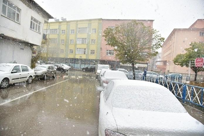 Maraş Göksun'a mevsimin ilk karı yağdı