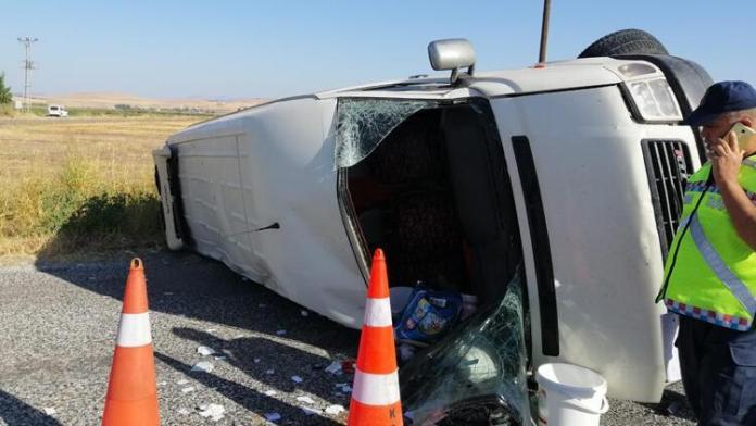 Pazarcık'ta tarım işçilerini taşıyan minibüs devrildi