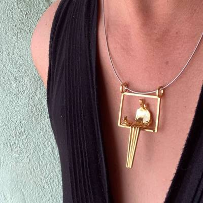 Close to me pendant with cat gold