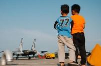Dua orang anak melihat jejeran pesawat tempur di Bandara Hang Nadim.