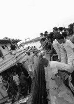Warga menyaksikan sebuah kapal pengangkut kebutuhan harian ke Karimun karam di dermaga Tanjungriau.