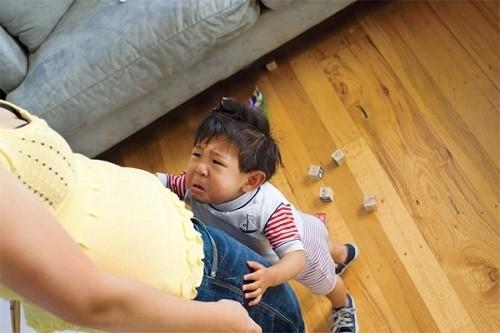 Kết quả hình ảnh cho trẻ quăng đồ vật