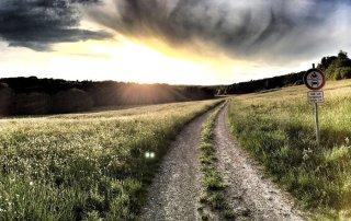 Landsväg med moln