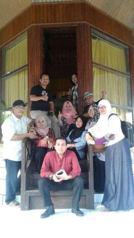 Berfoto bersama teman-teman di depan Gong Nekara