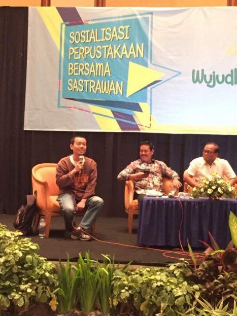 Tere Liye sedang memaparkan data-data literasi di Indonesia