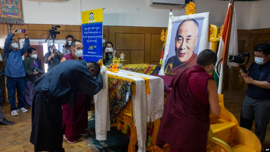 【VOA】四川藏区50多名藏人因私藏达赖喇嘛画像被军警抓捕