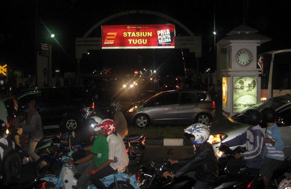 Malam, padat, merayap, di depan stasiun Tugu, Yogya
