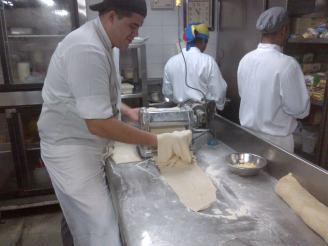Mi amigo Jesus Reyes Preparando la masa para los tequeños. Foto Tomada por YJRivas Hotel Altamira Suites