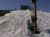 Верх трассы подъемника - толстый слой снега шириной в ратрак