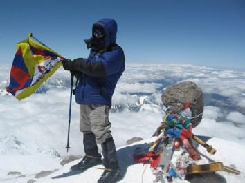 Лёша на вершине с флагом Свободного Тибета
