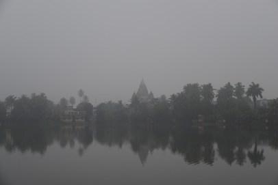 霧がたちこめるプティヤの町