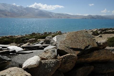 ツォ・モリリ湖畔のマニ石