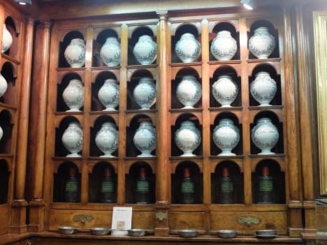 Une unique collection d'apothicaire où tous les pots sont identiques.