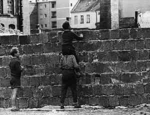 Niños berlineses mirando al otro lado.