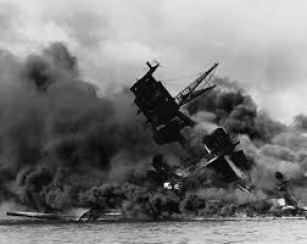 El USS Arizona se hunde en la Bahía de pearl Harbor. 7 de diciembre de 1941.