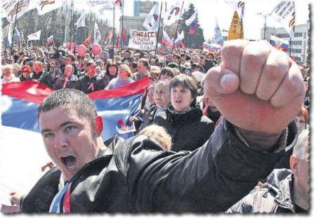 מפגין, אולי כורה-פחם, מניף אגרוף במהלך הפגנה לטובת סיפוח רוסי בעיר דונייצק, במזרח אוקראינה. דונייצק וסביבתה הוכרזו ל״רפובליקה עממית״, עם צלילים סובייטיים ברורים. ברקע נראית כרזה, המכריזה ״אנחנו נָגֵן על מעמד העובדים של דוֹנבַּס״, איזור מכרות-הפחם הגדול של אוקראינה. (גזיר מן העמוד הראשון של העתון האוקראיני ׳סיבודניה׳, 8 באפריל 2014)