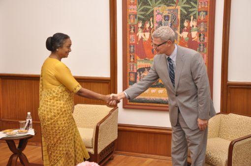 השגריר אושפיז קד למאיירה  קומאר, יושבת ראש ה׳לוק סבהא׳, בית הנבחרים של הודו. גב׳ קומאר כבר אינה יושבת-ראש. מפלגתה הובסה בבחירות, והיא עצמה אפילו לא הצליחה לחזור ולהיבחר במחוז הבחירה שלה