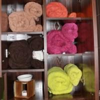 Un armario para las toallas y la ropa sucia