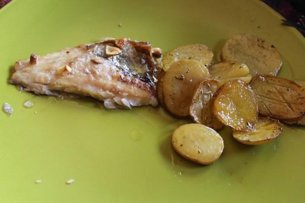 Dorada a la espalda con patatas al horno