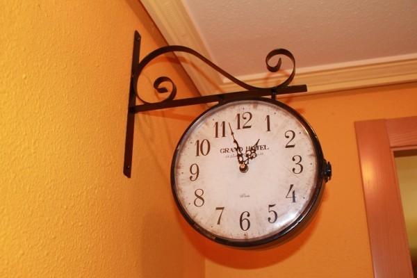 reloj estación en el recibidor