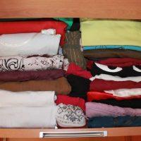 Ordenar los cajones de la ropa en el armario