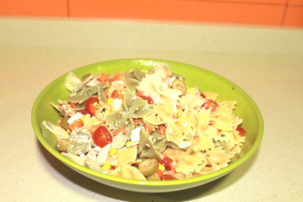 ensalada pasta tomate atún zanahoria queso olivas