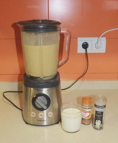 Añadir la leche y las especias