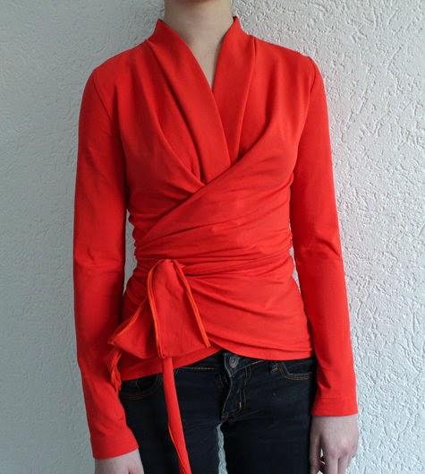 patrón de blusa envolvente especial para telas de punto con 2 versiones ligeramente diferentes.