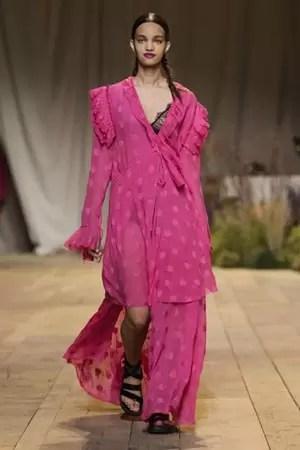 """H&M Studio בשבוע האופנה בפריז 2017: """"See now, Buy now""""."""