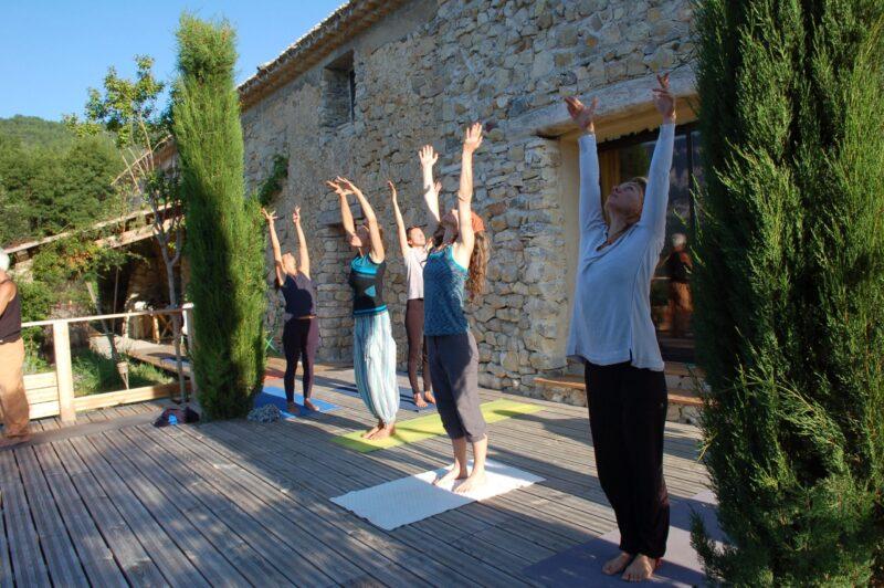 Retraite de yoga juillet à anakhyashram ashram de yoga en provence